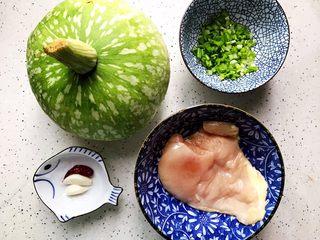 蚝油南瓜炒鸡片,首先我们准备好所有食材