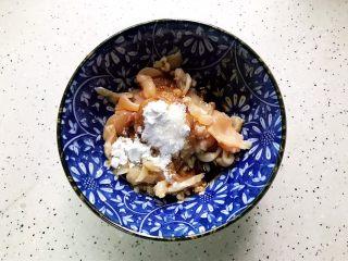 蚝油南瓜炒鸡片,加少许料酒,生抽,一小勺淀粉,一丢丢细砂糖,几滴食用油