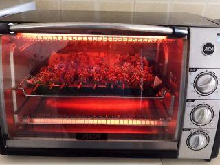 健康烧烤  电烤羊肉串,再把烤盘放入烤箱,上下火220W,继续烤10分钟即可