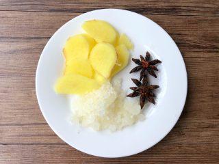 黄豆炖猪蹄,生姜去皮洗净切片,八角冲洗干净,冰糖准备好待用。