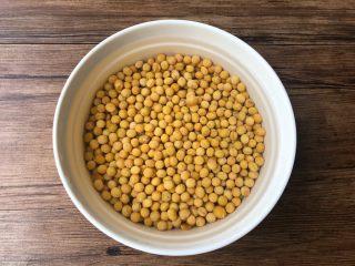 黄豆炖猪蹄, 黄豆清洗干净,提前浸泡1个小时。