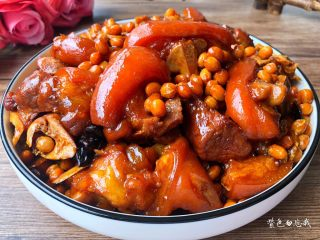 黄豆炖猪蹄,成品图二