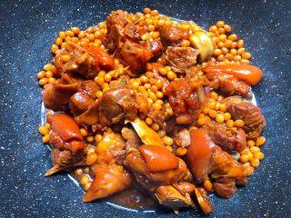 黄豆炖猪蹄,焖好以后,开大火收汁,把汁收干即可出锅。