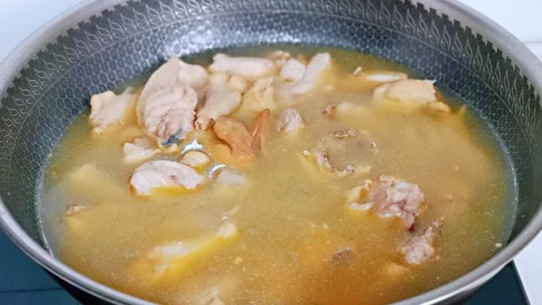 白萝卜汽锅鸡,烧开后大火煮3分钟,捞出冷水冲洗干净备用。