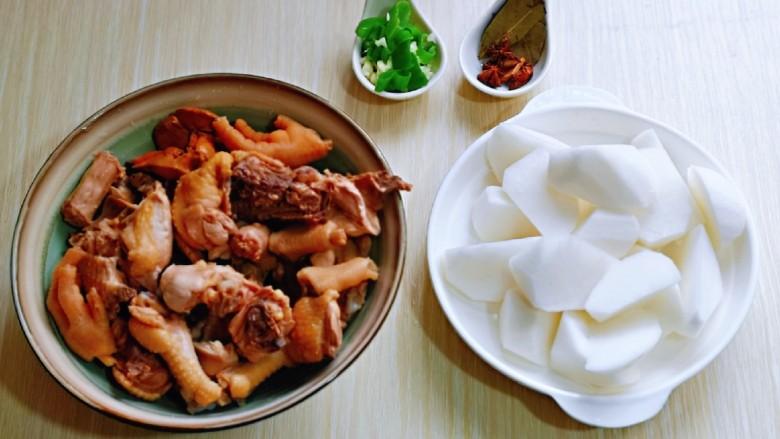 白萝卜汽锅鸡,准备好香料。