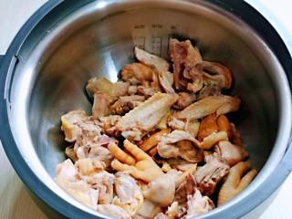 白萝卜汽锅鸡,首先将鸡块放入汽锅中。
