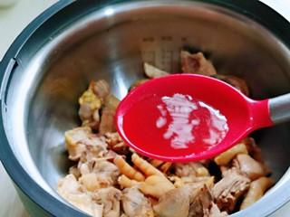 白萝卜汽锅鸡,加入料酒。