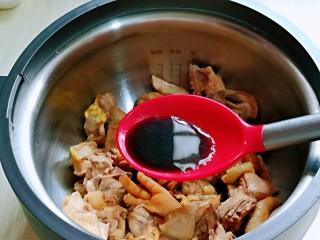 白萝卜汽锅鸡,再加入生抽。(不喜欢的可以不加)