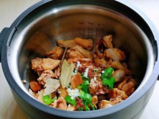白萝卜汽锅鸡,加入香料。