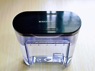 白萝卜汽锅鸡,汽锅水箱注满纯净水。