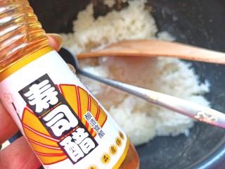 辣白菜肉松寿司卷,放两勺寿司醋,香油搅拌均匀