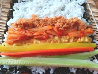 辣白菜肉松寿司卷,摆上黄瓜条,胡萝卜条,调味萝卜,辣白菜,肉松