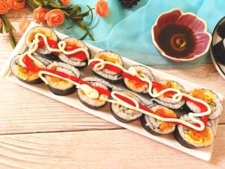 辣白菜肉松寿司卷,挤上番茄沙司,沙拉吃,还可以给小碗中倒上寿司酱油,挤入青芥末沾着吃。