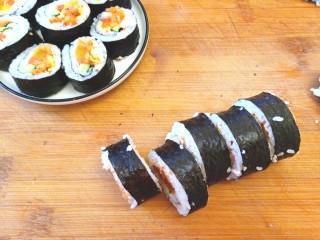 辣白菜肉松寿司卷,寿司切好,摆盘