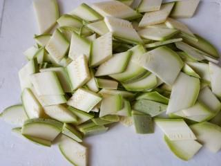 西红柿西葫芦炒肉片,所有的切完了就是这样的菱形片
