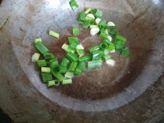 西红柿西葫芦炒肉片,放入葱蒜爆香