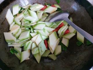 西红柿西葫芦炒肉片,放入西葫芦翻炒