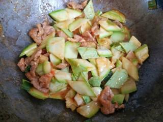 西红柿西葫芦炒肉片,加入小碗中的淀粉汁,大火翻炒均匀关火出锅