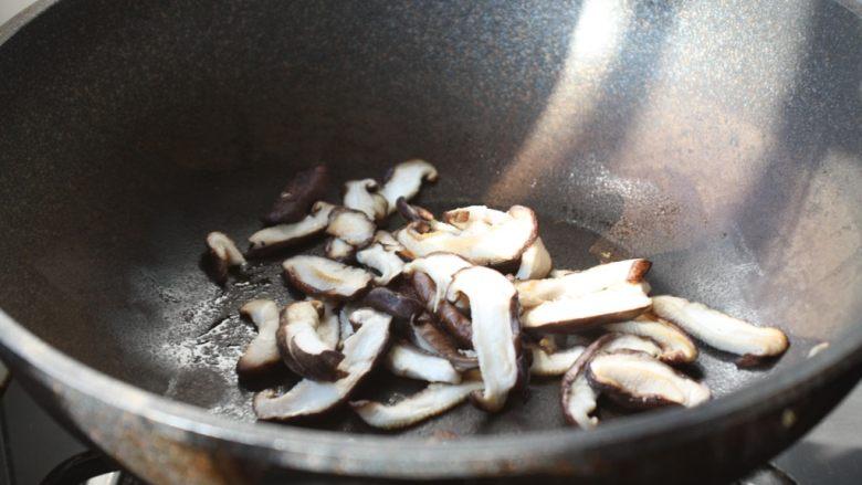 鹅蛋炒香菇荷兰豆,锅烧热,喷一层薄薄的油,放入香菇,煸出水分,盛出备用。