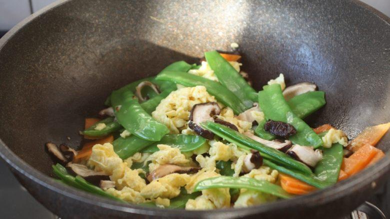 鹅蛋炒香菇荷兰豆,放入鹅蛋、荷兰豆、香菇、胡萝卜,翻炒均匀。