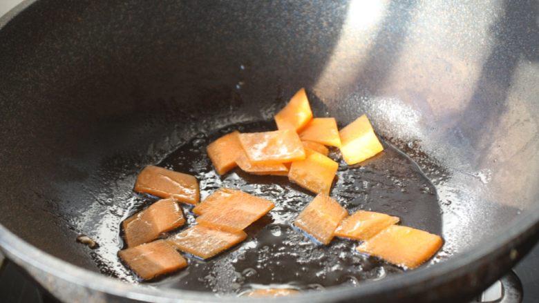 鹅蛋炒香菇荷兰豆,热锅凉油,放入胡萝卜片,炒至断生。