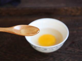 番茄鹅蛋炒豌豆卷心菜,将鹅蛋磕入碗中,放入1小勺的白糯米酒。