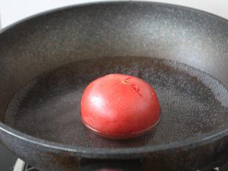 番茄鹅蛋炒豌豆卷心菜,将番茄先用刀划一个十字口,放在开水里汆烫一下,然后看出来,过一下凉水,这时番茄皮会裂开,能很容易的把皮剥下来。