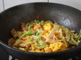 番茄鹅蛋炒豌豆卷心菜,放入炒好的鹅蛋,翻炒均匀。