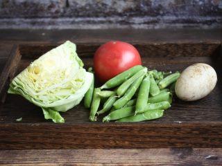 番茄鹅蛋炒豌豆卷心菜,准备好主要食材:鹅蛋、番茄、圆白菜、豌豆。