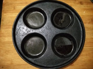 蛋饺烩丝瓜,蛋饺锅预热后刷一层薄油。