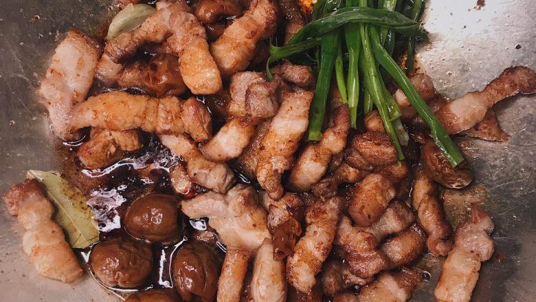 青梅煮酒 梅子炖肉 肥而不腻清口美味,炒香后倒入酱汁炒匀