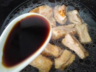 梅汁小排,加入一大勺生抽调味
