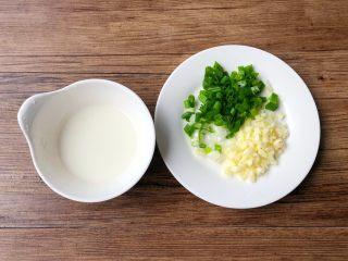 肉末冬瓜,蒜去皮洗净切末,葱洗净切葱花,淀粉加入适量水,调成水淀粉。