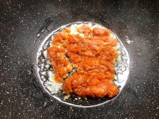 肉末冬瓜,锅里放入适量油,把腌制好的肉末倒入煸炒至熟。