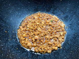 肉末冬瓜,肉末煸炒至这样的时候,把冬瓜蒸出来的汤汁倒到肉末里,翻炒均匀。