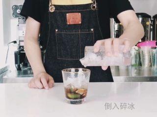 夏日高温续命冰茶,入口唇舌间溢满的水果茶,倒入碎冰(满杯即可)