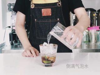夏日高温续命冰茶,入口唇舌间溢满的水果茶,沿碎冰倒入气泡水(满杯即可)