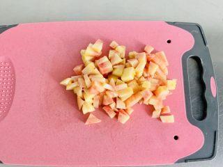 桃子🍑果冻,桃肉切丁备用。