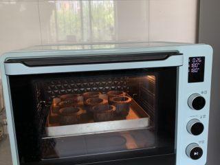 蓝莓麦芬蛋糕,送入预热好的烤箱,中层、上下火180度烤20-30分钟