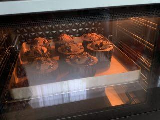蓝莓麦芬蛋糕,直到完全膨胀,呈棕红色即可