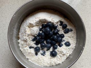 蓝莓麦芬蛋糕,倒入蓝莓,预留几颗蓝莓点缀