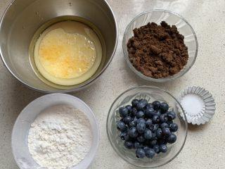 蓝莓麦芬蛋糕,烤箱预热190度、牛奶,鸡蛋、玉米油称量好,其他材料备好
