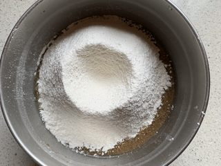 蓝莓麦芬蛋糕,低筋面粉和泡打粉混合过筛