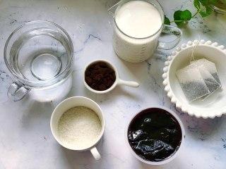 奥利奥奶茶,首先准备好需要的食材,龟苓膏我是在超市买的原味龟苓膏,想减肥的女生用低脂牛奶做,白砂糖的用量也可以减少,喜欢甜度高一点的可以多加15克白砂糖。