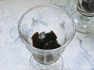 奥利奥奶茶,准备一个装奶茶的容器,在底部铺一层龟苓膏。