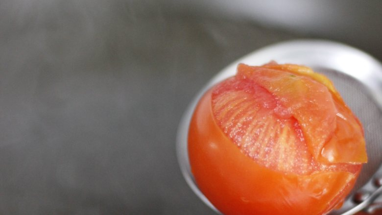 泡菜肥牛,时间正好皮裂开了,轻轻一剥番茄皮就掉了。