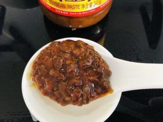 泡菜肥牛,黄豆酱挖一大勺,备用。