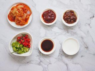 泡菜肥牛,准备的调味料如图:从左到右,第一排依次是泡菜,辣椒酱,黄豆酱。第二排依次是小辣椒,生抽,白醋。