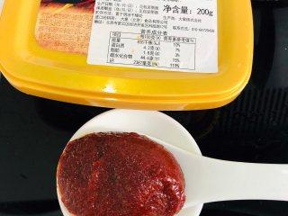 泡菜肥牛,辣椒酱挖一大勺,备用。