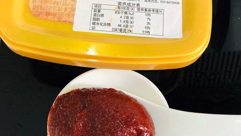 泡菜肥牛,<a style='color:red;display:inline-block;' href='/shicai/ 691'>辣椒酱</a>挖一大勺,备用。
